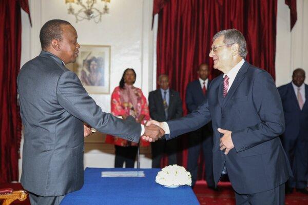 Kenský prezident Uhuru Muigai Kenyatta a František Dlhopolček pri slávnostnom odovzdávaní  poverovacích listín v roku 2016.