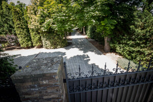 Okoloidúci vo Vinosadoch zvonku ani nedovidia na samotný kaštieľ. Skrýva sa za bránou a hustými stromami.