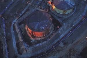 Zásobárne paliva pre elektráreň pri ruskom Noriľsku. Predpokladá sa, že únik paliva spôsobil rozmŕzajúci permafrost.