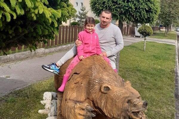 Miroslav Kalanka s dcérou pri svojej soche medveďa na Stráňach v Martine.