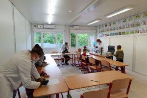 Školáci v Richnave sa učia v dočasných priestoroch kontajnerovej školy.