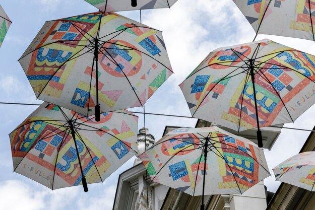 Bratislava má opäť svoju dáždnikovú ulicu, na Nedbalovej ulici ju tretíkrát otvorila galéria Nedbalka.