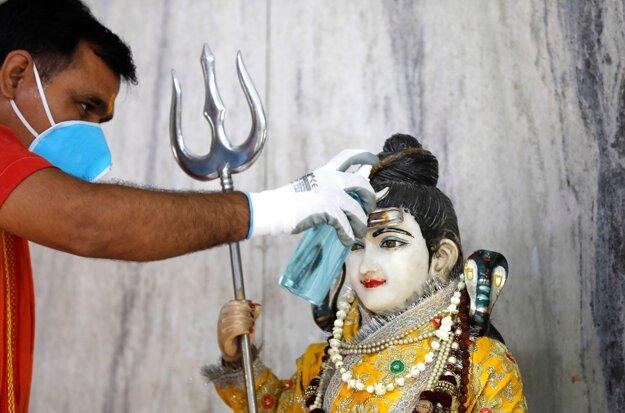 Koronavírus vo svete: Dezinfekcia chrámu v indickom meste Prayagraj 8. júna 2020.