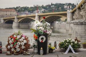 Kvety a vence položené neďaleko Margitinho mosta pri príležitosti prvého výročia tragickej zrážky výletnej lode Viking Sigyn s vyhliadkovou loďou Hableány.