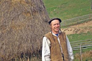 Jožko Kučera v číslach: 34 rokov má tento výnimočný mladý farmár. 45 hektárov pôdy obrába. 400 zvierat chová v letnom období.