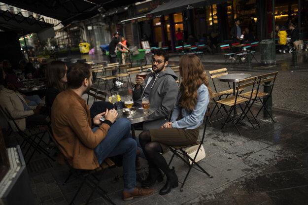 Zákazníci na terase podniku v Bruseli po uvoľnení niektorých opatrení proti šíreniu nákazy koronavírusom.