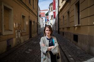 Milota Sidorová je facilitátorka, moderátorka, plánovačka, networkerka a feministka v službách spravodlivejšieho mestského plánovania. Pôsobila a pôsobí v Prahe, Bratislave, strednej a vo východnej Európe.