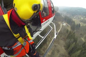 Pri nehode pomáhal záchranársky vrtuľník.