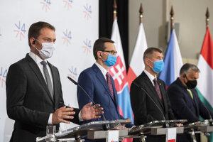 Zľava predseda vlády Slovenskej republiky Igor Matovič, predseda vlády Poľska Mateusz Morawiecki, predseda vlády Českej republiky Andrej Babiš a predseda vlády Maďarska Viktor Orbán počas tlačovej konferencie po stretnutí premiérov krajín V4 na zámku Lednice v Českej republike 11. júna 2020.
