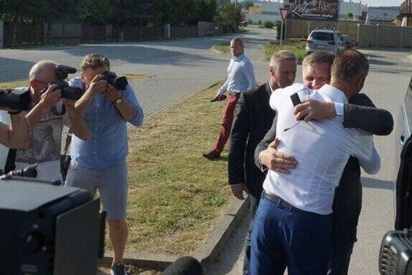 Vlaňajšie objatie Fica a Rašiho pred krajskou radou v hoteli Slamený dom neďaleko Košíc.