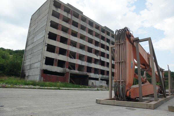 Neobývaná bytovka na okraji sídliska čaká na búranie štvrtý rok.