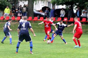 S loptou domáci Samuel Mikle preniká cez hráčov Trnovca. Vpravo dvojgólový Jaroslav Horčičák.