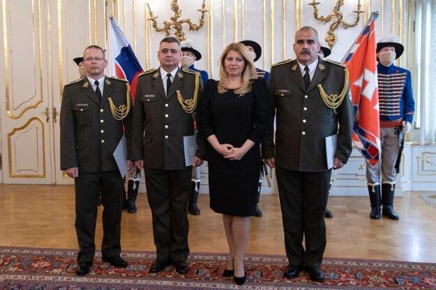 Prezidentka SR Zuzana Čaputová (druhá sprava) vymenovala do hodnosti brigádneho generála troch dôstojníkov Ozbrojených síl SR a to Štefana Kovácsa (druhý zľava), Tibora Králika (vpravo) a Ferdinanda Muríňa (vľavo).