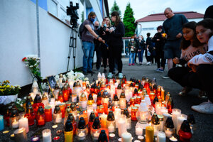Sviečky pred školou vo Vrútkach.