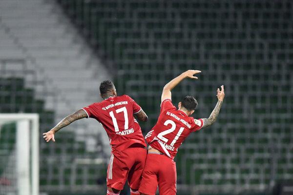 Futbalisti Bayern Mníchov sa radujú zo zisku titulu.