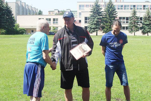 Libor Charfreitag (v strede) dostal na pamiatku špeciálnu publikáciu o meste Dolný Kubín.