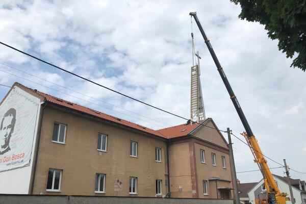 Kríž s celou vežou dali dole pomocou žeriavu.