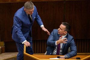 Erik Tomáš s Robertom Ficom počas mimoriadnej schôdze parlamentu vo februári 2020.