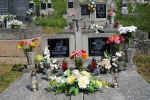 Pôvodný pomník na hrobe Gombitovcov.