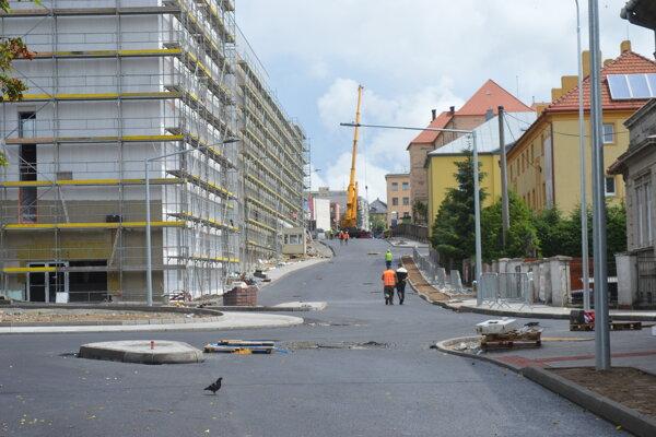 Nová vrstva asfaltu na Štefánikovej, ktorá do konca mesiaca ostane uzatvorená. Na mieste vznikla už aj nová kruhová križovatka.
