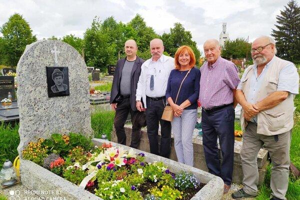 Priatelia herca Ivana Palúcha sa dnes stretli pri jeho hrobe.