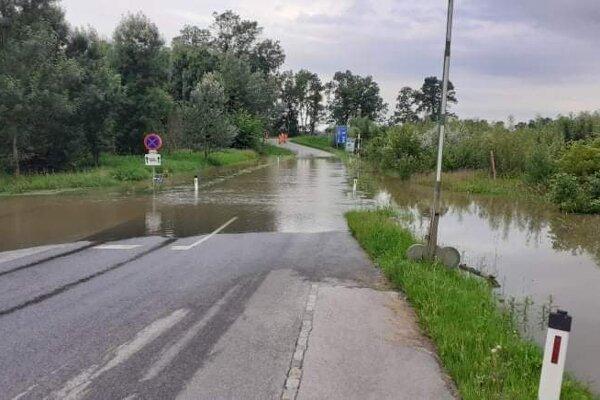 Morava sa vyliala na cestu na rakúskej strane.