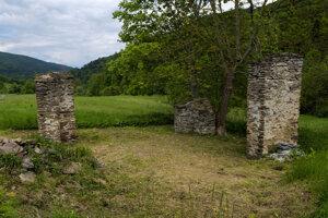 Zvyšky starých múrov zaniknutej obce Blažov.