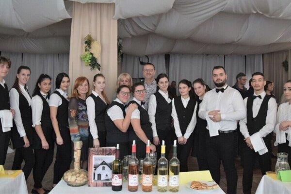 SOŠ hotelových služieb adopravy vLučenci je organizátorom viacerých zaujímavých podujatí. Tento rok zastrešila prvú ochutnávku vín zregiónov Gemer, Hont aNovohrad.