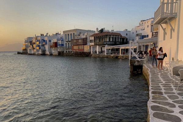 Pobrežie gréckeho ostrova Mikonos.