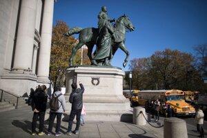 Na fotografii z novembra 2017 je socha Theodora Roosevelta pred American Museum of Natural History v New Yorku.