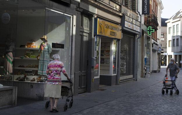 Poloprázdna nákupná ulica v Belgickom meste Halle, dôvodom sú opatrenia proti šíreniu koronavírusu.