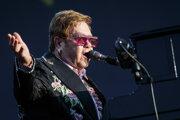 Sir Elton John v autobiografii hovorí o pokusoch o samovraždu, drogovej závislosti aj ťažkom detstve.