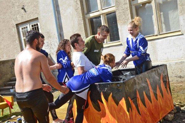 Kúpeľ Milochovčanov po víťazstve v zmiešaných družstvách.