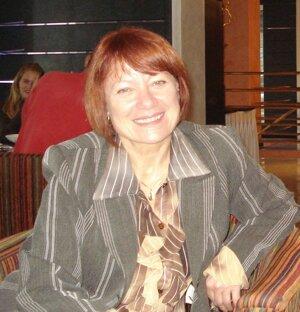 Mária Martinove je psychiatrička. Dlhé roky pracovala ako primárka Centra pre liečbu drogových závislostí a mužského oddelenia pre závislých od alkoholu v Odbornom liečebnom ústave na Prednej Hore.