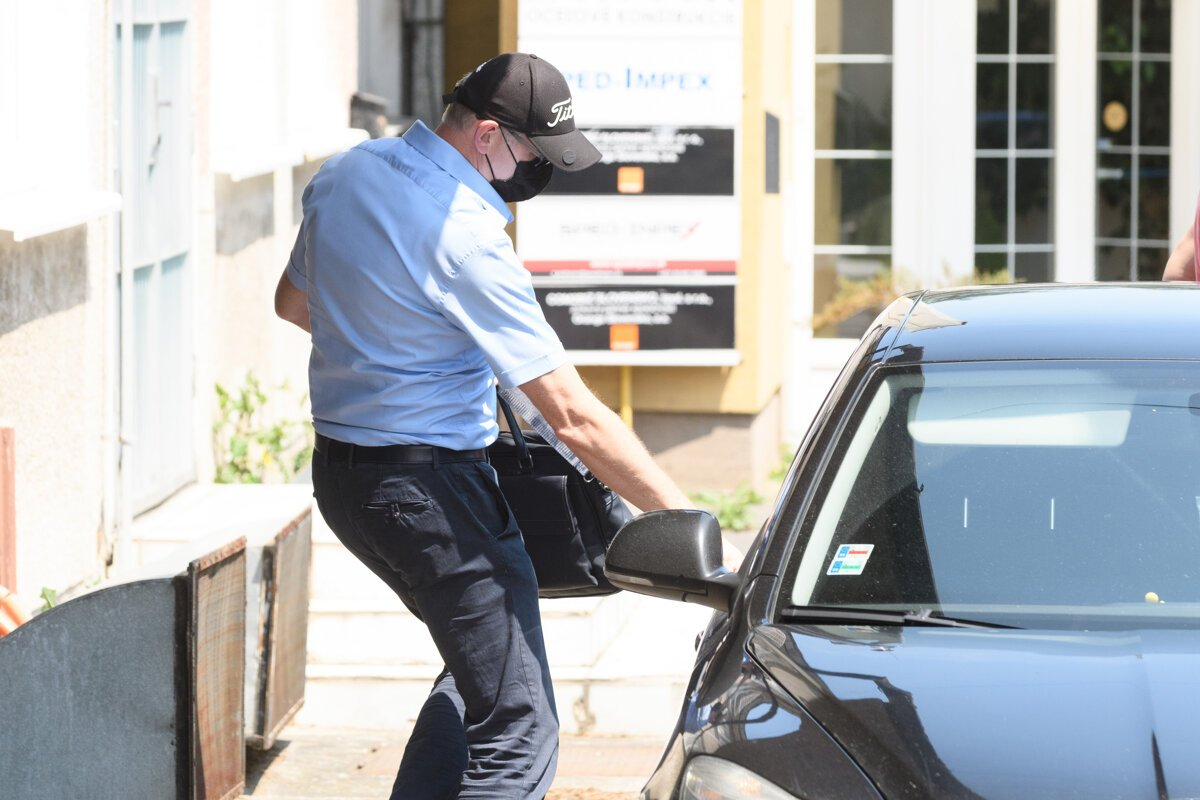 Sklenkovi po policajtoch kládli otázky advokáti sudcov z akcie Búrka - SME