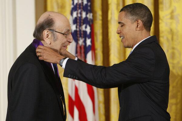 Na snímke z februára 2010 udeľuje vtedajší americký prezident Barack Obama Miltonovi Glaserovi Národnú cenu za umenie za rok 2009.