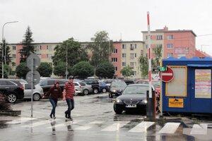 V súčasnosti disponujú Mestské služby Topoľčany 542 parkovacími miestami. Zhruba štvrtina (128) znich je pre vodičov kdispozícii na Námestí Ľ. Štúra.