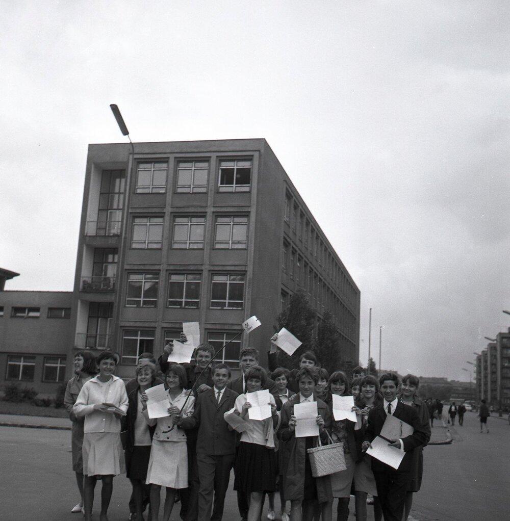 1966. Deviataci zo základnej školy na Jelačičovej ulici v posledný deň školského roka.
