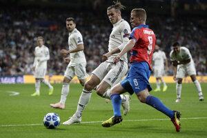 Hráč Realu Gareth Bale (v strede) a hráč Plzne David Limberský (vpravo).
