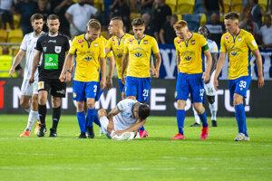 Na snímke hráči DAC Dunajská Streda pokrikujú na zraneného Mohu (Slovan).