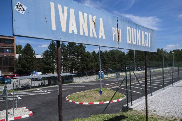 Jedna z dvoch častí záchytného parkoviska pri železničnej stanici v Ivanke pri Dunaji.