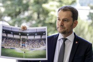 Premiér Matovič ukazuje plné tribúny na štadióne v Dunajskej Strede.
