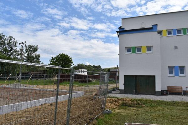 Komunitné centrum v Kojaticiach stavajú pri škôlke (vpravo).