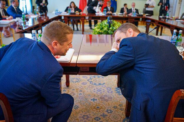 Štátny tajomník ministerstva zahraničných vecí a európskych záležitostí Martin Klus a predseda vlády Igor Matovič počas rokovania premiérov krajín V4 v Poľsku.