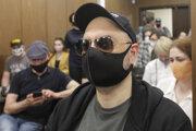Ruský filmový a divadelný režisér Kirill Serebrennikov s ochranným rúškom sedí v súdnej sieni 26. júna 2020 v Moskve.