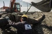 Robotníci Norilsk Nickel demontujú potrubie zo zariadenia na obohacovanie niklu, ktoré ústilo do rieky.