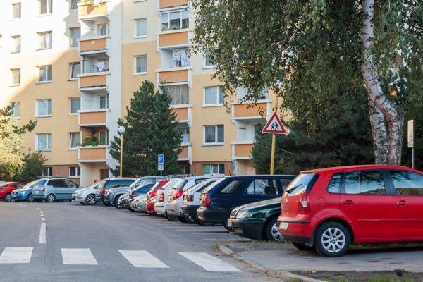 Najväčšie zvolenské sídlisko bojuje s nedostatkom parkovacích miest.
