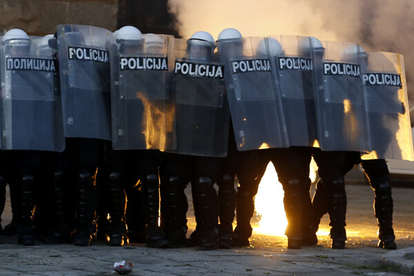 Srbov nahnevali opatrenia aj prezident.V Belehrade došlo k násilnostiam (fotogaléria)