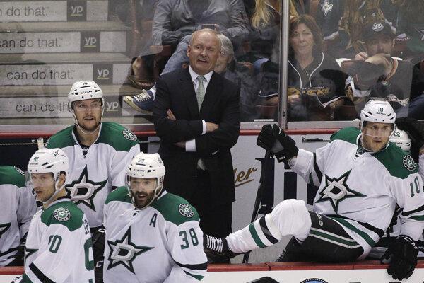 Tréner Lindy Ruff na lavičke tímu NHL Dallas Stars.