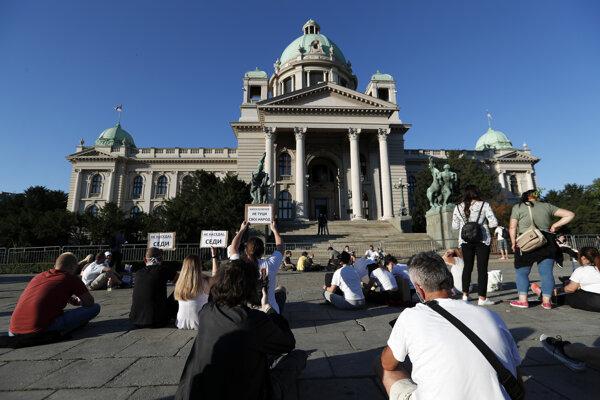 Protesty sa vo štvrtok zmenili na posedenie.